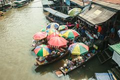 Sich hin- und herbewegender Markt in Thailand stockfotos