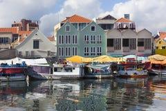 Sich hin- und herbewegender Markt in Willemstad lizenzfreie stockfotos