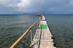 Sich hin- und herbewegender Pier bei Kalamaki setzen in Korfu-Insel Griechenland auf den Strand auf Stockfoto