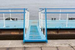 Sich hin- und herbewegender Pier für das Festmachen von kleinen Sportbooten und von Booten Lizenzfreies Stockfoto