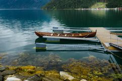 Sich hin- und herbewegender Pier im norwegischen Fjord stockbild