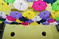 Sich hin- und herbewegender Regenschirm Stockbild
