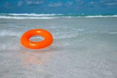 Sich hin- und herbewegender Ring auf blauem freiem Meer Lizenzfreies Stockfoto