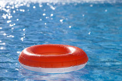 Sich hin- und herbewegender Ring auf blaues Wasser swimpool Stockfoto