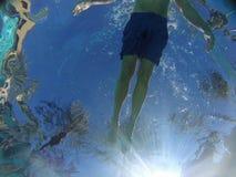 Sich hin- und herbewegender Schwimmer lizenzfreies stockbild