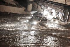 Sich hin- und herbewegendes Auto des Regens vorbei Stockfoto