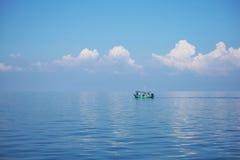 Sich hin- und herbewegendes Boot, in der Mitte von Nirgendwo Lizenzfreies Stockbild