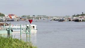 Sich hin- und herbewegendes Dorf der Zeitspanne und Verkaufs- Motorboot auf Bassac-Fluss in Stadt Chau Doc., Vietnam stock footage