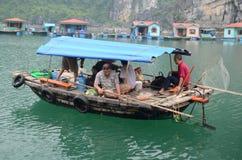 Sich hin- und herbewegendes Dorf in Halong-Bucht Stockfotos
