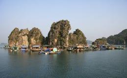 Sich hin- und herbewegendes Dorf im Halong Schacht, Vietnam stockfoto