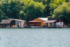 Sich hin- und herbewegendes Haus auf dem Fluss stockbild