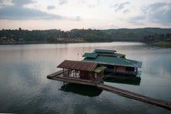 Sich hin- und herbewegendes Haus und Hausboot auf dem Fluss stockfotografie