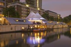 Sich hin- und herbewegendes Hotel in der blauen Stunde stockbilder
