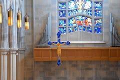 Sich hin- und herbewegendes Kreuz mit Buntglas Stockfotos