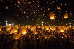 Sich hin- und herbewegendes Laternen yeepeng oder loi krathong Festival bei Chiang Mai lizenzfreie stockfotos