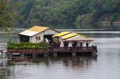 Sich hin- und herbewegendes Restaurant auf dem Fluss Kwai, Thailand stockfoto