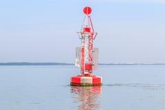 Sich hin- und herbewegendes rotes Leuchtfeuer im Ozean Lizenzfreie Stockfotografie