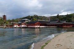 Sich hin- und herbewegendes Torii-Tor in Miyajima, Japan Stockbild