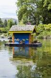 Sich hin- und herbewegendes Vogelhaus Lizenzfreie Stockfotografie