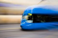 Sich schnell bewegende blaue Straßenbahn Stockfotografie
