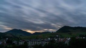 Sich schnell bewegende Wolken über ländlicher Landschaft am Sonnenuntergangabend Tag zum Nachtzeitversehen stock footage