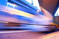 Sich schnell bewegender Bus Lizenzfreies Stockfoto