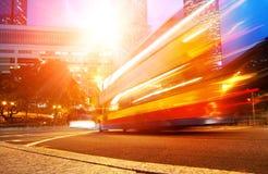 Sich schnell bewegender Bus nachts Stockbilder