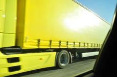 Sich schnell bewegender gelber LKW Lizenzfreies Stockfoto