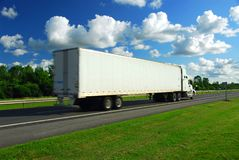 Sich schnell bewegender LKW Stockfotos