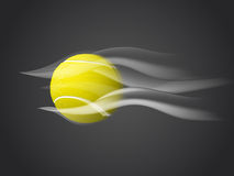 Sich schnell bewegender Tennisball lokalisiert auf dunklem Hintergrund Stockfotos