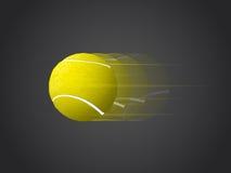 Sich schnell bewegender Tennisball lokalisiert auf dunklem Hintergrund Lizenzfreies Stockfoto