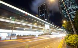 Sich schnell bewegender Verkehr nachts Lizenzfreie Stockfotos