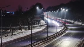 Sich schnell bewegender Verkehr nachts Stunden und Landschaft Konzept der Stra?e, der Enteisung, der Gefahr und der Sicherheit de stock footage