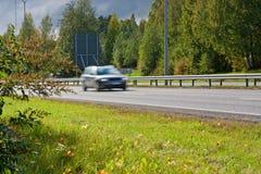 Sich schnell bewegendes Auto Lizenzfreies Stockfoto