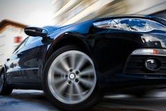 Sich schnell bewegendes Auto Stockfoto
