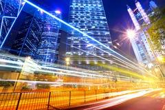 Sich schnell bewegendes Autolicht in der Stadt Stockfotos