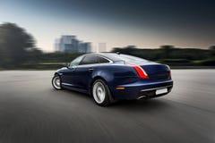 Sich schnell bewegendes erstklassiges Luxusauto Stockbilder