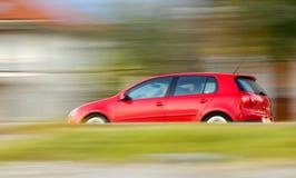 Sich schnell bewegendes rotes Auto lizenzfreies stockbild