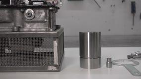 Sich vorbereiten, das Automobilautomatikgetriebe DSG7 in der Werkstatt, Roboter auseinanderzubauen stock footage