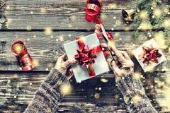Sich vorbereiten, neues Jahr ` s Geschenk zu Hause Weihnachten, Weihnachtsglocke, C lizenzfreies stockbild