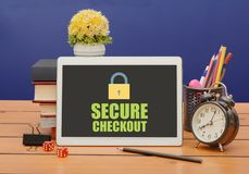 Sicher checkout Zeichen mit Verschlussikone auf Tablette lizenzfreie stockbilder