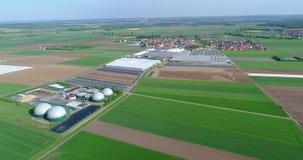 Sichere Energie, grüne Energieerzeugung, erneuerbare Energie, Biogasproduktion Eine moderne Anlage auf einem grünen Gebiet, Pflän stock video