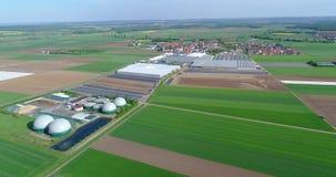 Sichere Energie, grüne Energieerzeugung, erneuerbare Energie, Biogasproduktion Eine moderne Anlage auf einem grünen Gebiet, Pflän stock video footage