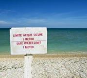 Sichere Wassergrenze 1-Meter-Rat auf einem Strand für grafisches Konzept Lizenzfreies Stockfoto