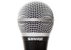 Sicherer vernehmbarer Abschluss des Mikrofons SM58 oben lokalisiert Stockbild