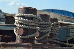 Sicheres Ankern des Flussschiffs lizenzfreie stockfotografie