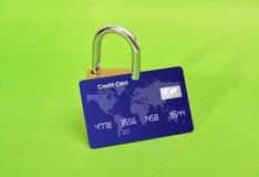 Sicheres on-line-Einkaufskonzept mit grünem Hintergrund Lizenzfreie Stockbilder