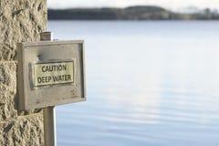 Sicherheit des Gefahrentiefen Wassers unterzeichnen in der ländlichen Seefurcht der Landschaft vor dem Ertrinken stockfoto