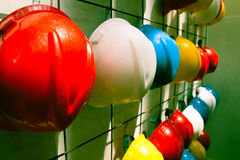 Sicherheit farbige Sturzhelme Stockfotos