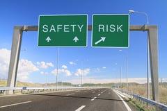 Sicherheit oder Risiko. Treffen Sie eine Wahl Stockbild